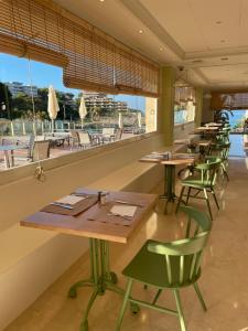 Un restaurante o sitio para comer en Hotel Cala Font