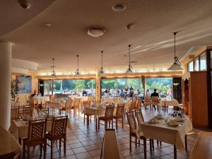 A restaurant or other place to eat at Hotel Am Kurhaus