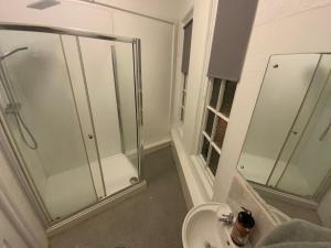 A bathroom at Fiveways Hotel