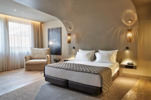 A bed or beds in a room at PortoBay Teatro