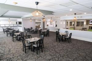A restaurant or other place to eat at Wyndham Houston near NRG Park - Medical Center