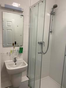 A bathroom at Whites Hotel