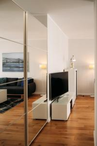 A television and/or entertainment centre at Apartament 15