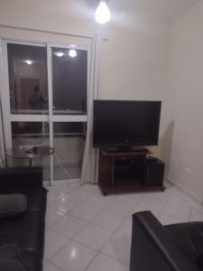 Uma TV ou centro de entretenimento em Apartamento