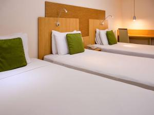 A bed or beds in a room at Mercure Maceio Pajuçara
