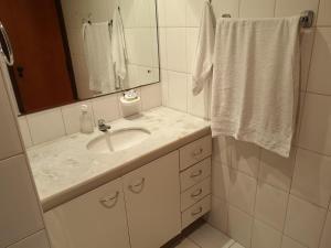 Um banheiro em MarAzul Residence