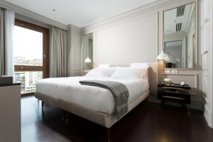 A bed or beds in a room at Portrait Firenze - Lungarno Collection
