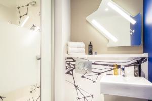 A bathroom at Ibis Budget Montpellier Aéroport Parc Des Expos