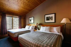 A bed or beds in a room at Pocahontas Cabins