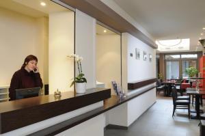 De lobby of receptie bij Hotel Du Commerce