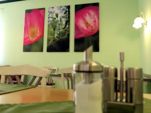 A restaurant or other place to eat at Stadtcafé Hotel garni