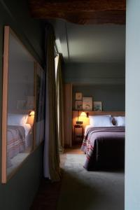 A bed or beds in a room at Les Sources de Cheverny