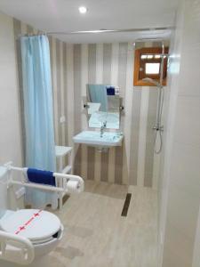 A bathroom at Venecia Apartments