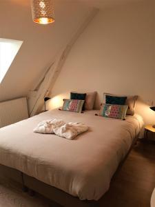 Un ou plusieurs lits dans un hébergement de l'établissement Le Feneau Maison d'hôtes avec jacuzzi
