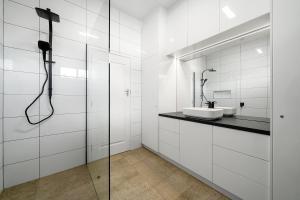 A bathroom at Benson House & Benson Lodge