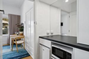 A kitchen or kitchenette at Benson House & Benson Lodge