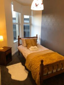 A bed or beds in a room at Exclusive rooms in a beautiful home - big grups
