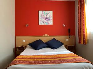 A bed or beds in a room at Hotel du Haut Marais