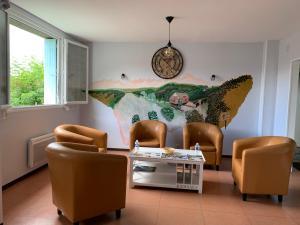 A seating area at Hotel du Haut Marais