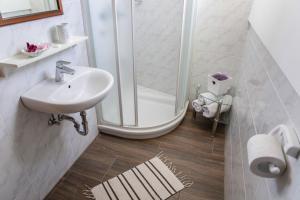 A bathroom at Ana Antloga Apartments