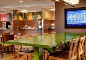 A restaurant or other place to eat at Fairfield Inn & Suites by Marriott St. Paul Northeast