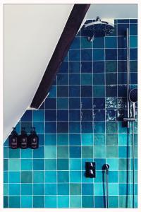 A bathroom at Relais & Châteaux Weeshuis Gouda
