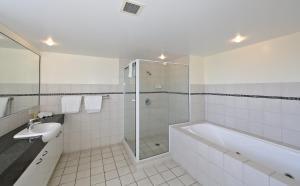 A bathroom at Coral Sands by Kacys