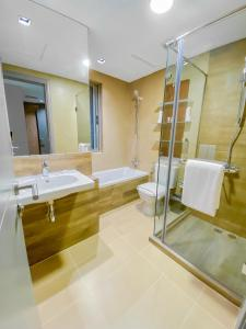 A bathroom at Dragon Hotel And Resort