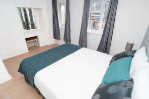 A bed or beds in a room at Private 2-bedroom apartment in Highbury