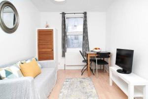 A seating area at Private 2-bedroom apartment in Highbury
