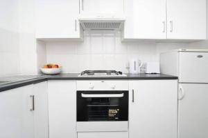 A kitchen or kitchenette at Private 2-bedroom apartment in Highbury