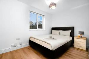 A bed or beds in a room at Beautiful Spacious Two Bedroom Central Apartment!