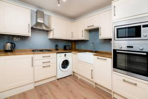 A kitchen or kitchenette at Beautiful Spacious Two Bedroom Central Apartment!