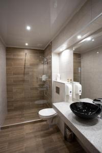 A bathroom at Avenue Hotel Deluxe