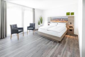Ein Bett oder Betten in einem Zimmer der Unterkunft Landhotel Kirchberg