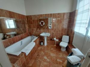 Salle de bains dans l'établissement Domaine de Senercy