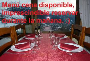 A restaurant or other place to eat at Hostal y Apartamento Seixes