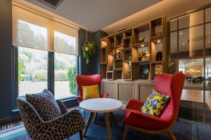 A seating area at Holiday Inn Cambridge, an IHG Hotel