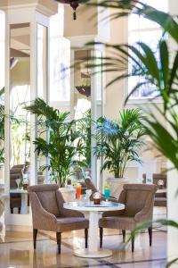 Un restaurante o sitio para comer en Hotel RIU Garoé