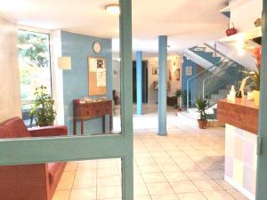 The lobby or reception area at Confortel Avignon TGV