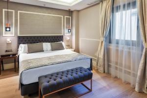 A bed or beds in a room at Catalonia Las Cortes