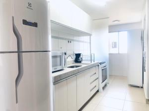 A cozinha ou cozinha compacta de Lindo Apto Mobiliado Completo - Melhor da Cidade
