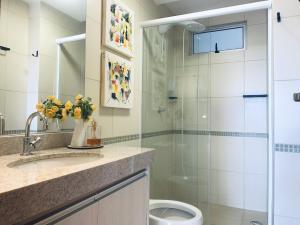 Um banheiro em Lindo Apto Mobiliado Completo - Melhor da Cidade