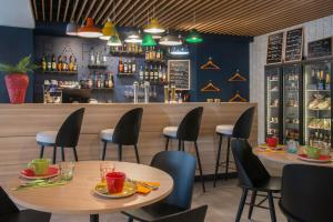 A restaurant or other place to eat at ibis Styles Nice Cap 3000