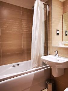 A bathroom at Frederick House Hotel