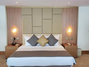 A bed or beds in a room at Al Bahar Hotel & Resort