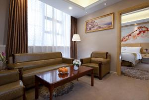 A seating area at Vienna Hotel Guangzhou Baiyun Airport
