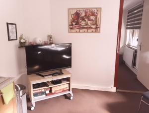 A television and/or entertainment centre at Ser's appartement met alle voorzieningen in Maastricht