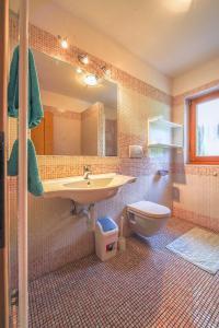 A bathroom at Peterlungerhof