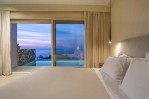 Ένα ή περισσότερα κρεβάτια σε δωμάτιο στο Apolis Villas & Suites Resort